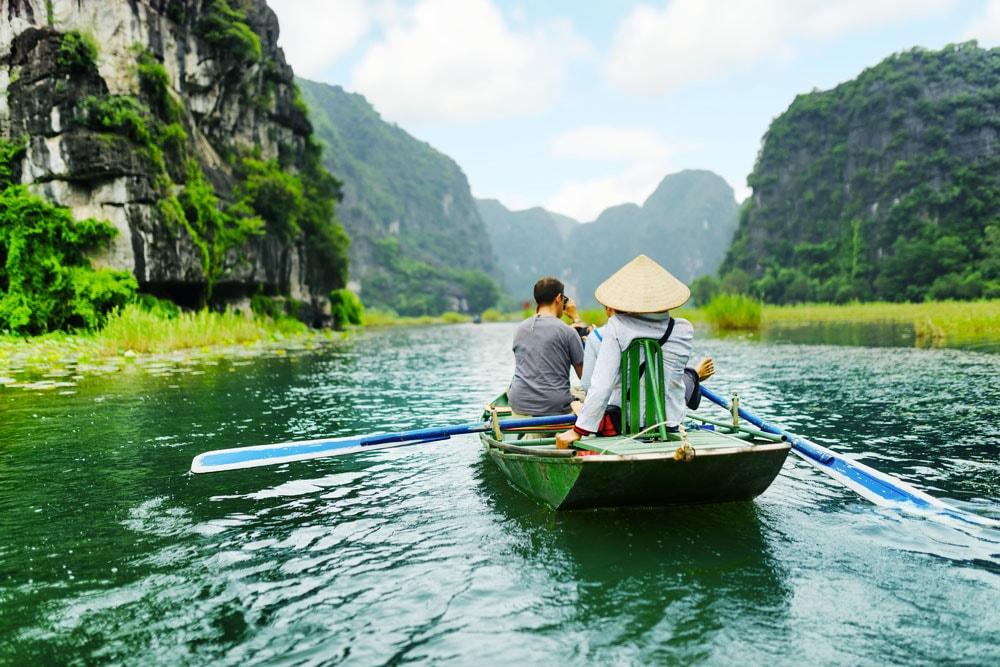 Du lịch Ninh Bình trên thuyền đi Tam Cốc