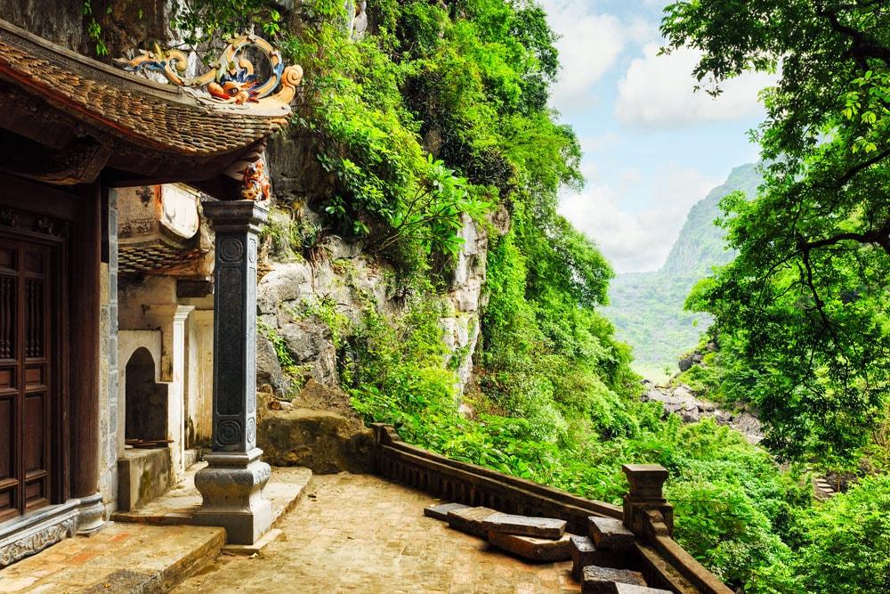du lịch Ninh Bình thăm chùa Trung ở Bích Động